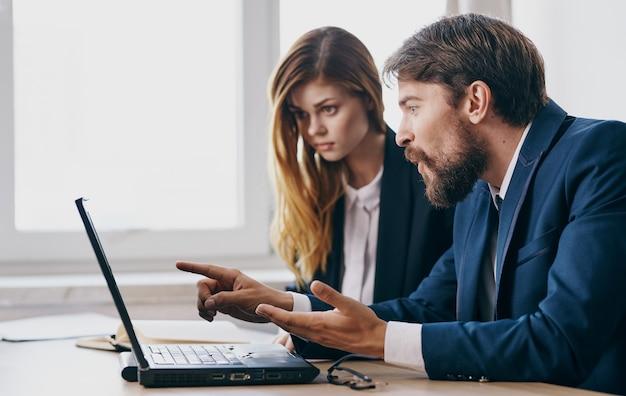 Arbeitskollegen schreibtisch finanzen arbeit kommunikation emotionen. hochwertiges foto