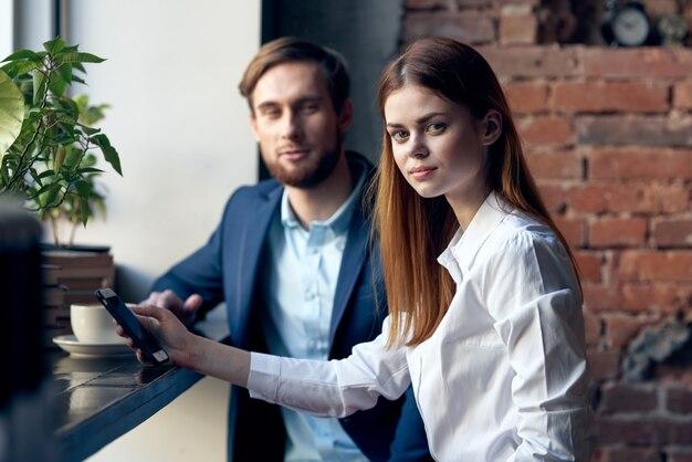 Arbeitskollegen sitzen in einem café kommunikation eine tasse kaffee a
