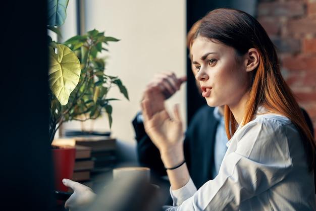Arbeitskollegen sitzen in einem café kommunikationsfrühstücksarbeit