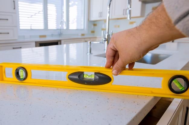 Arbeitskräfte, die kücheninnenraumkabinett des oberen zählers installieren