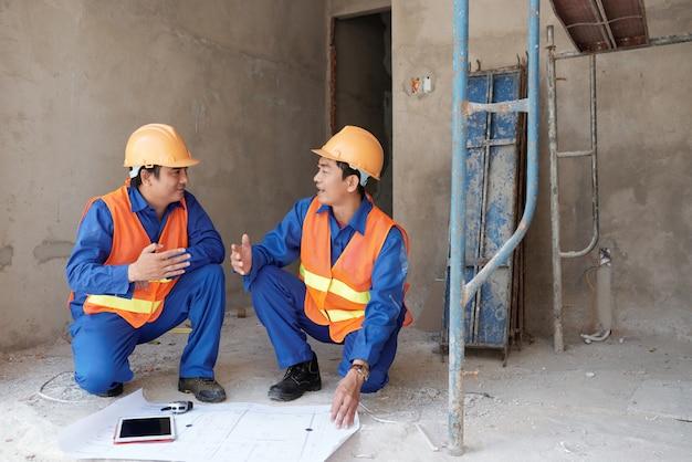 Arbeitskräfte, die projekt besprechen