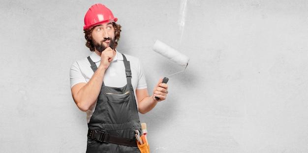 Arbeitskraft des jungen mannes mit einer lackrolle
