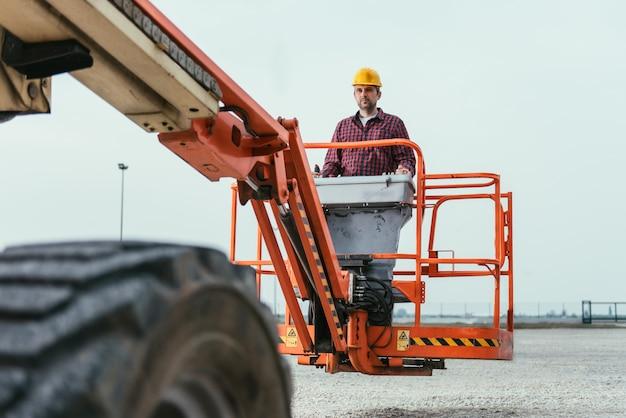 Arbeitskraft, die geraden boom lift betreibt