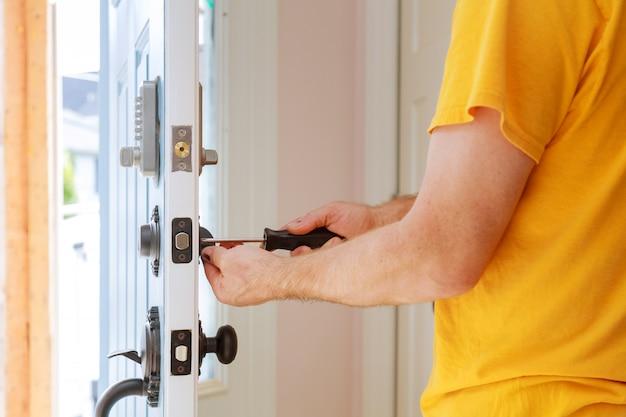 Arbeitskraft, die neuen verschluss installiert oder repariert