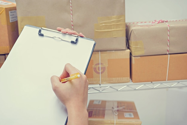 Arbeitskraft, die paket im lager überprüft