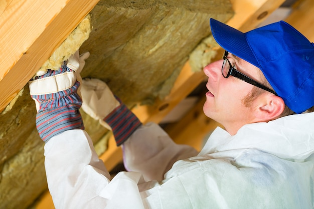 Arbeitskraft, die thermisches isoliermaterial einstellt