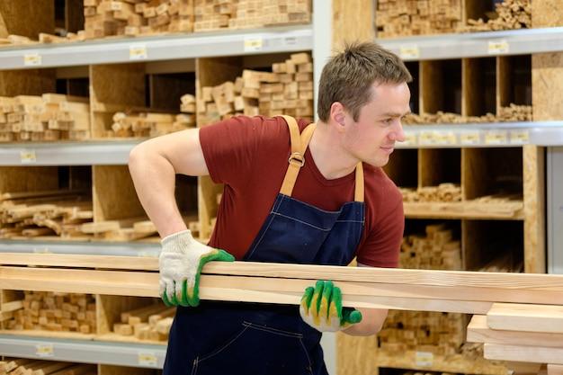 Arbeitskraft oder verkäufer im baumarkt oder im hölzernen abschnitt des lagers bei der arbeit