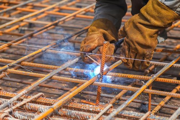 Arbeitskraftschweißen in einer fabrik. schweißen an einer industrieanlage.