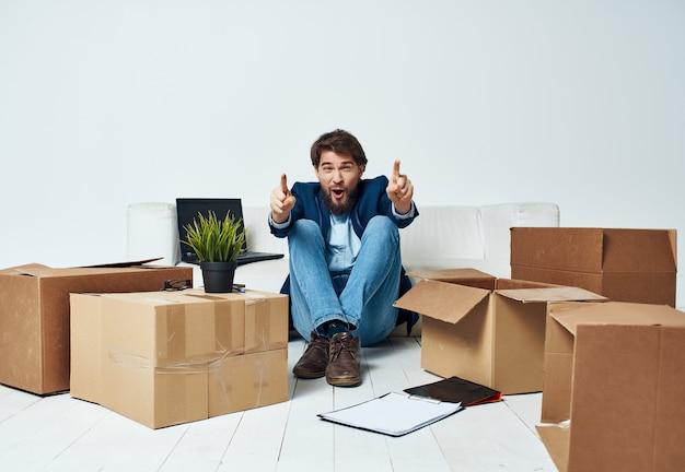 Arbeitsleiter bürokartons mit sachen, die sich bewegen