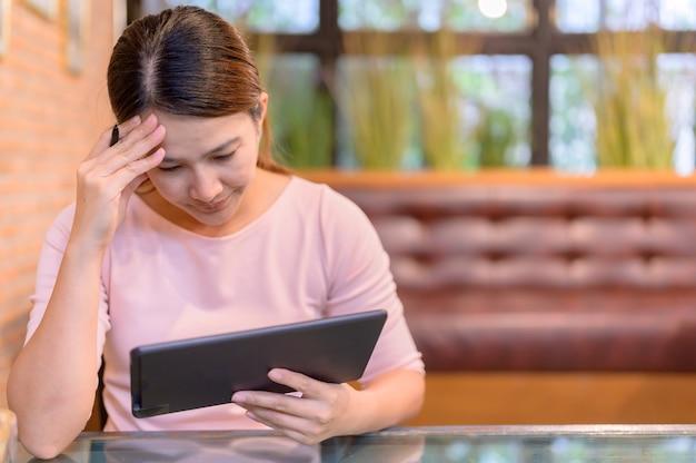 Arbeitslosigkeit und psychische probleme. arbeitsplatzverluste durch das coronavirus in asien. thailändische geschäftsfrau, die auf der website nach einem neuen job sucht. posttraumatische belastungsstörung (ptsd).