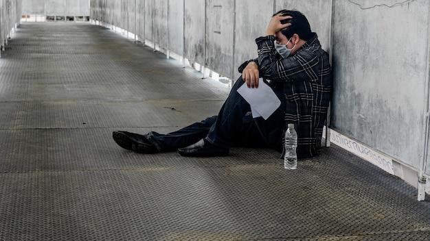 Arbeitslosigkeit und psychische probleme. posttraumatische belastungsstörung (ptsd). resignation und stress. arbeitsplatzverluste durch das coronavirus in asien. wirtschaftliche probleme für arbeitnehmer.