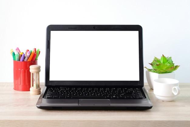 Arbeitsplatte, notebook mit leerem bildschirm auf bürotischhintergrund, verspotten herauf anzeige, geschäft und technologiekonzept