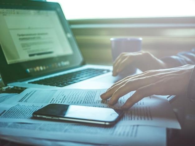 Arbeitsplatz auf dem tisch im zug, reisekonzept mit laptop
