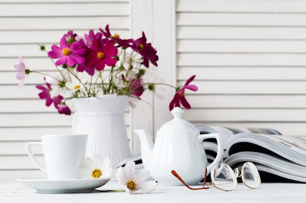 Arbeitsplatz der frau im bett mit frühstückseinstellung