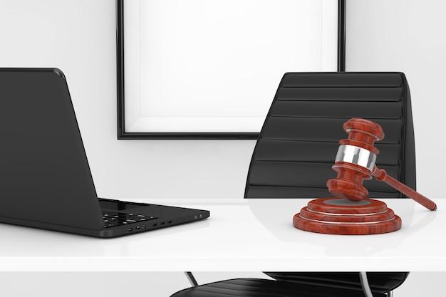 Arbeitsplatz der justiz und des rechtskonzepts. gerechtigkeitshammer und laptop auf dem tisch vor schwarzem leder-bürostuhl extreme nahaufnahme. 3d-rendering