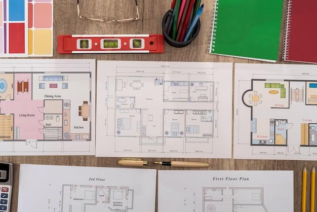 Arbeitsplatz des architekten mit verschiedenen hausprojekten