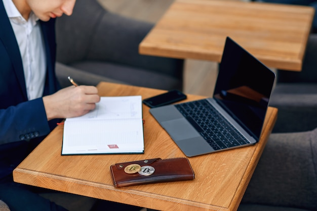 Arbeitsplatz des erfolgreichen geschäftsmannes mit notebook, laptop, geldbörse und smartphone