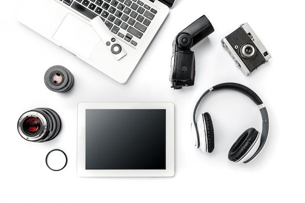 Arbeitsplatz des geschäfts. modernes männliches zubehör und laptop auf weiß