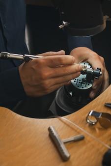 Arbeitsplatz des juweliers. werkzeuge und geräte für schmuckarbeiten