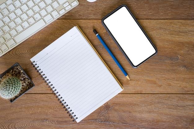 Arbeitsplatz. desktop, notebook, telefon für die tabelleneinstellung.