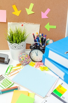 Arbeitsplatz einer kreativen person mit einer vielzahl von bunten briefpapiergegenständen
