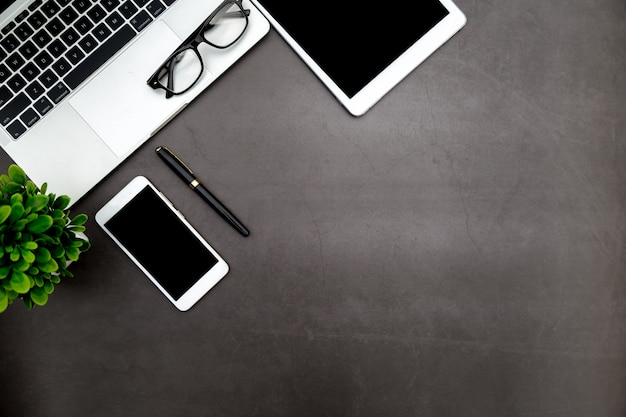 Arbeitsplatz im büro, im schwarzen schreibtisch mit leerem notizbuch und in anderem büroartikel