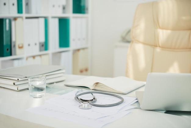 Arbeitsplatz im modernen krankenhaus