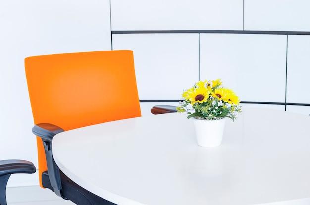 Arbeitsplatz in einem modernen büro. konzept des zeitmanagements, organisierte räume