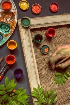 Arbeitsplatz-malerpalette mit farben und pinseln. farbpalette, kreative unordnung, kunst.