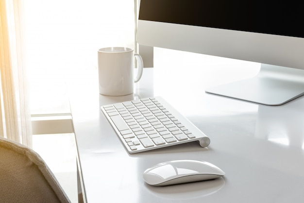 Arbeitsplatz mit computer im raum