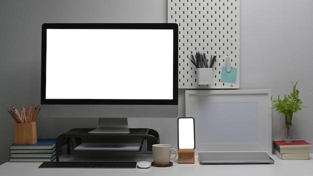 Arbeitsplatz mit computer, smartphone und bürolieferanten
