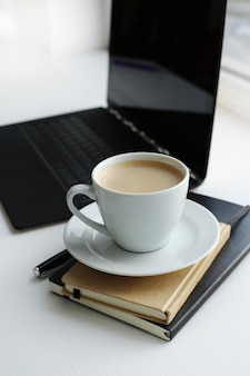 Arbeitsplatz mit computer und kaffeetasse