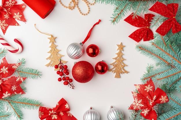 Arbeitsplatz mit flatlay zusammensetzungsdekorationen der frohen weihnachten