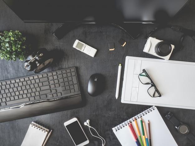 Arbeitsplatz mit grafiktablett, smartphone, maus, tastatur