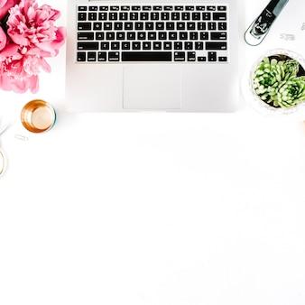 Arbeitsplatz mit laptop saftige pfingstrosen goldene scherenspule mit beigen farbbandstiften und tagebuch flache zusammensetzung für blog draufsicht blog