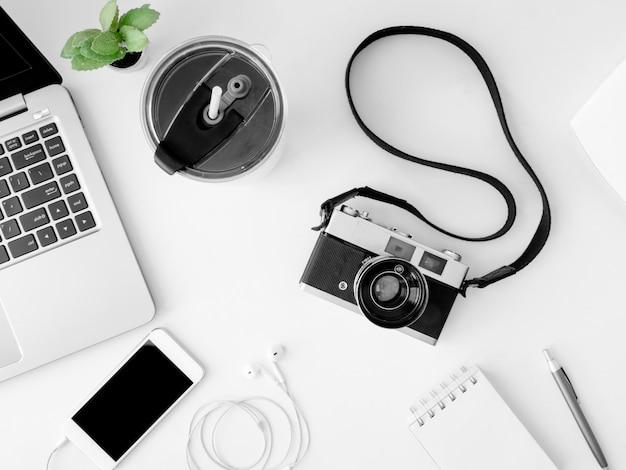 Arbeitsplatz mit laptop, smartphone und gadget.
