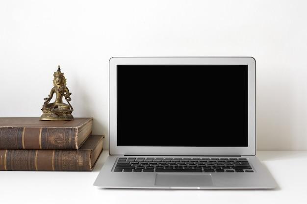 Arbeitsplatz mit laptop und dekoration