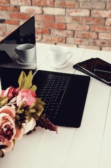 Arbeitsplatz mit laptop und kaffeetasse