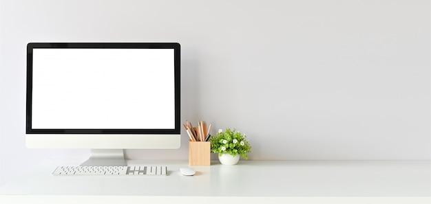 Arbeitsplatz mit modellcomputer und büroartikel mit kopienraumschreibtischtabelle.