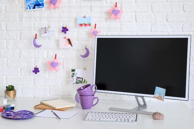 Arbeitsplatz mit moodboard und computer im modernen raum