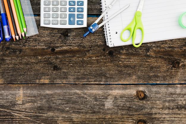 Arbeitsplatz mit notebook taschenrechner und briefpapier
