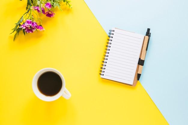 Arbeitsplatz mit notebook und tasse