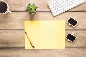 Arbeitsplatz mit Papierliste und Tastatur