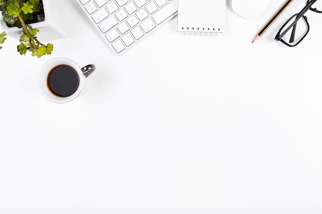 Arbeitsplatz mit schreibwaren und bürogeräten