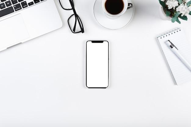 Arbeitsplatz mit smartphone in der mitte