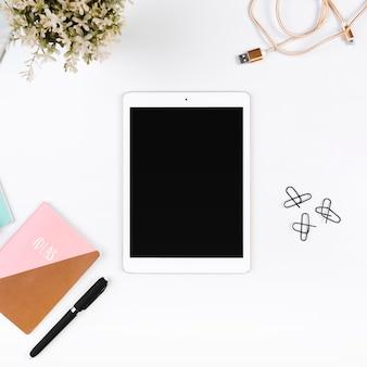Arbeitsplatz mit tablet und stationär