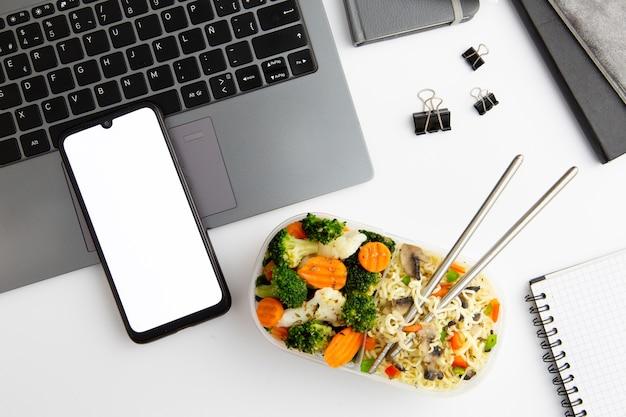 Arbeitsplatz mit teller mit leckerem essen