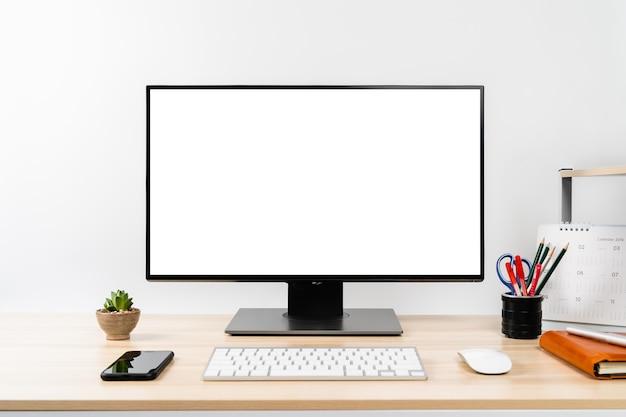 Arbeitsplatz - mockup computer pc isolierten weißen bildschirm auf schreibtisch mit smartphone, tastatur und
