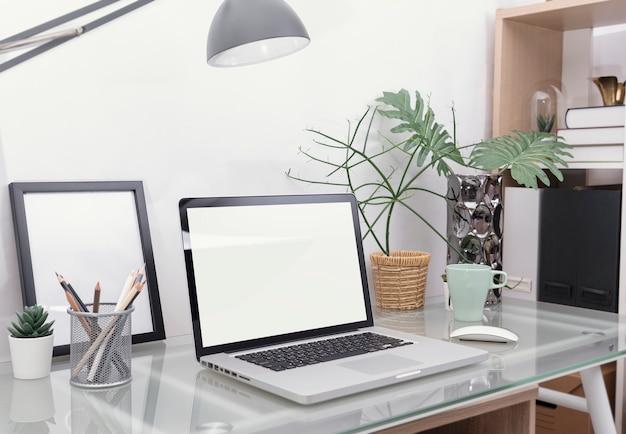 Arbeitsplatz-mockup-konzept. bürodekor-tischrechner mit ausrüstung.