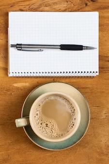 Arbeitsplatz. notizblock und kaffeetasse